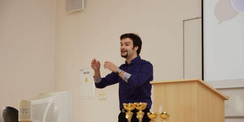 Akademické debatování je volně řečeno argumentační soutěž vycházející z formátu britské parlamentní debaty. Foto: Brno Open.
