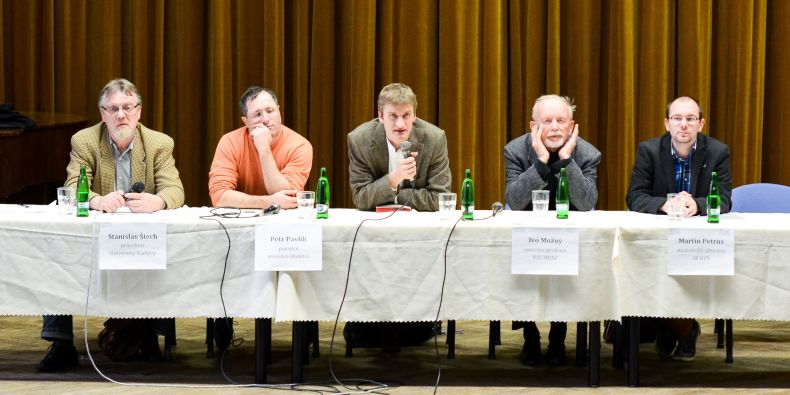 (zleva) Stanislav Štech (prorektor UK), Petr Pavlík (poradce ministra školství), moderátor, Ivo Možný (profesor FSS MU) a Martin Petrus (studentský aktivista).