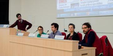 Panelovou diskusi moderoval (vlevo) Jan Motal. Diskutovali (zleva) novinářka Radka Zítková, dobrovolník Jan Skalík, antropoložka Adéla Souralová a religionista Milan Fujda.