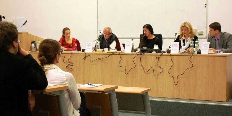 Zleva: Zuzana Candigliota (právní ředitelka Ligy lidských práv), Stanislav Křeček (zástupce veřejného ochránce práv), Alice Heráková (moderátorka), Monika Šimůnková (bývalá zmocněnkyně vlády pro lidská práva), Lubomír Majerčík (vedoucí analytického oddělení Ústavního soudu).