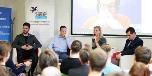 Účastníci debaty: (zleva) Miloš Gregor, Karel Řehka, moderující Petra Vejvodová a Jakub Janda. V online přenosu Josef Šlerka.