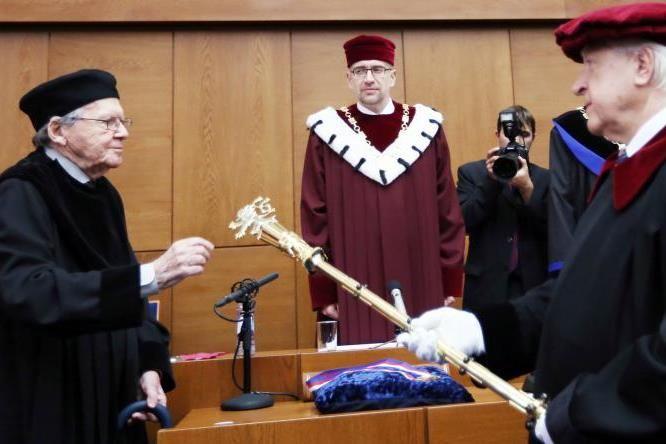 Peter Demetz skládá přísahu při přebírání čestného doktorátu.