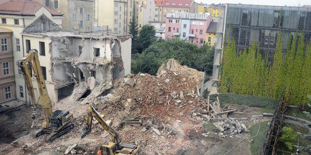 Nejdále jsou stavební práce na filozofické fakultě, kde v neděli 20. května začalo bourání tzv. traktu B2. Foto: David Povolný.