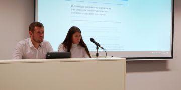 Denys Kazanskij (vlevo) na besedě se studenty Pedagogické fakulty MU.