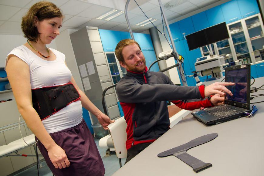 Odborníci se věnují mimo jiné měření chodidel těhotných žen, kterým se skokově mění váha, amohou tak mít potíže schůzí.