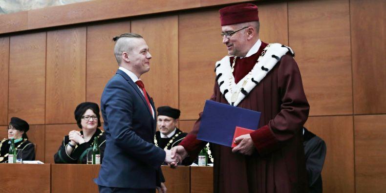 Student Jiří Němec z fakulty sociálních studií dostal cenu za aktivní rozvoj občanské společnosti.