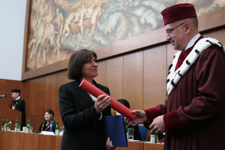 Irenu Rektorovou zCeitecu MU rektor ocenil za mimořádný výsledek vmezinárodní grantové soutěži.