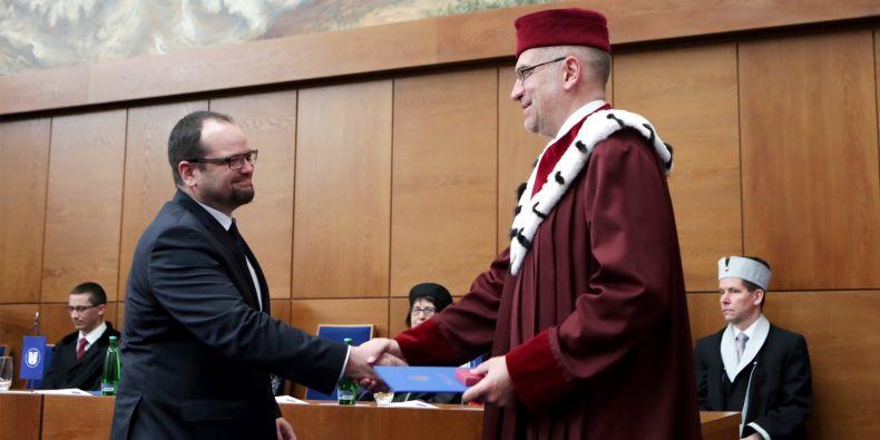 S krátkou přednáškou vystoupí držitel loňské ceny rektora za významný tvůrčí počin, archeolog Jiří Macháček (vlevo).