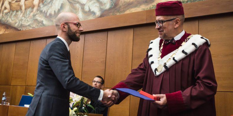 Jan Kolář z Filozofické fakulty MU dostal cenu Cena rektora za mimořádné výzkumné výsledky pro mladé vědce do 35 let.