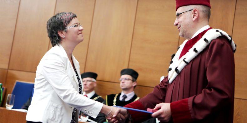 Adéla Souralová z fakulty sociálních studií dostala cenu rektora za mimořádné výzkumné výsledky pro mladé vědce do 35 let.