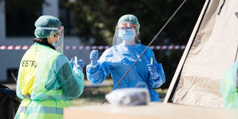 Dobrovolníci z Lékařské fakulty MU u odběrových stanů ve Fakultní nemocnici Brno.