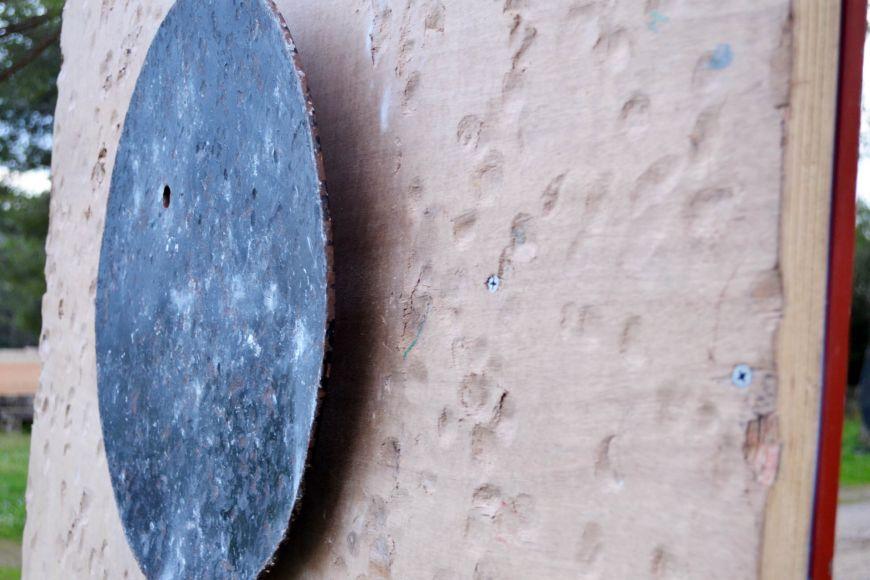 Kameny zanechávají na terči idřevěné desce výrazné stopy.
