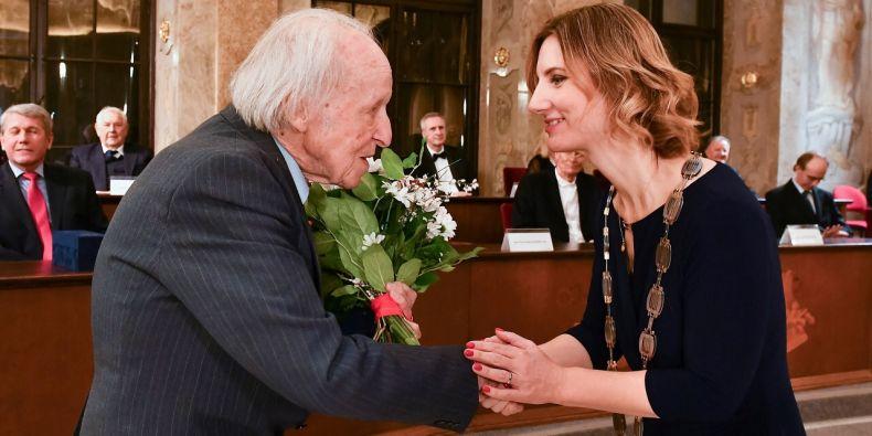 Dušan Šlosar přebírá cenu od primátorky Brna Markéty Vaňkové.