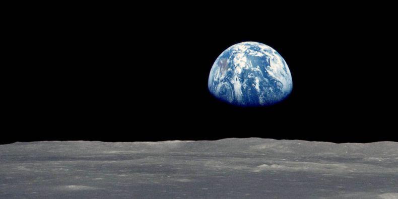 """Je to jako v tom vtipu. Baví se Měsíc se Zemí. """"Vypadáš nemocně. Cos chytla?"""" """"Ále, lidi."""" """"To přejde."""""""