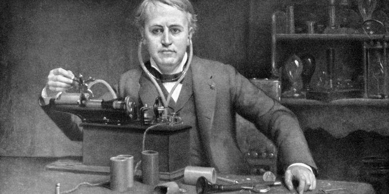 Edisonova žárovka patří mezi snad nejznámější vynálezy všech dob. Thomas Edison (1847-1931) na dobovém obraze z roku 1899.