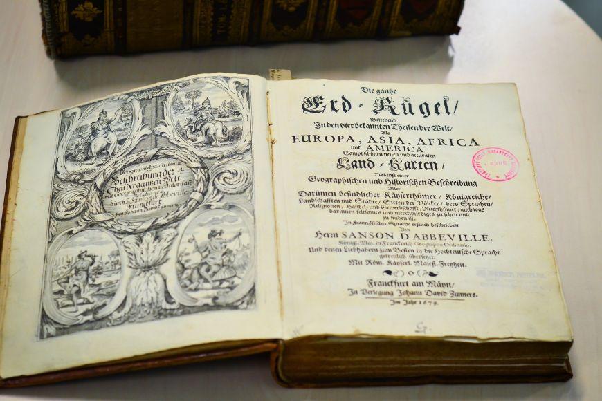 První německé vydání kartografického popisu Země je zroku 1679.