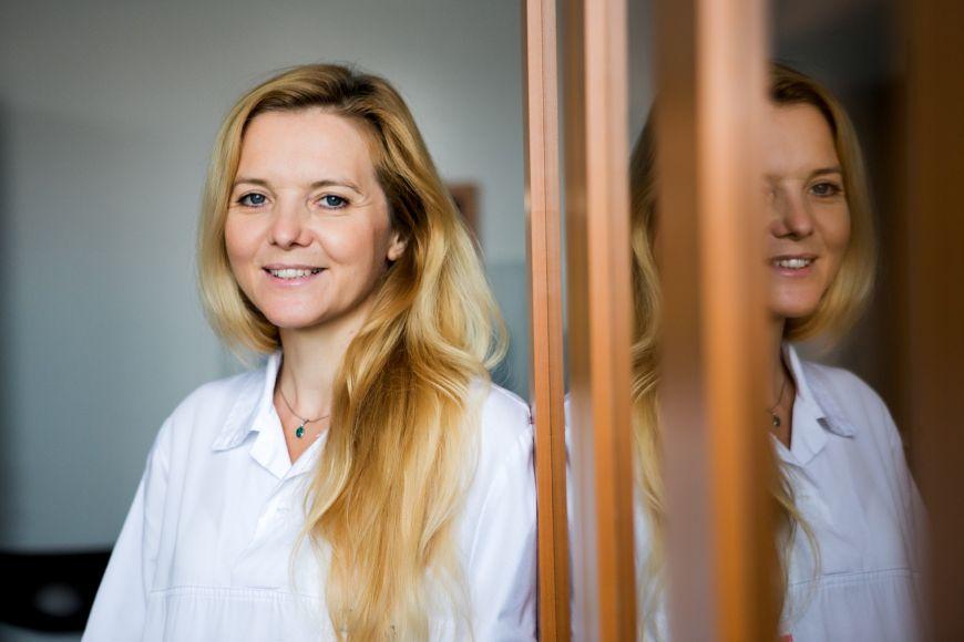Po začátcích ve Fakultní nemocnici usv. Anny vBrně odešla Brichtová na dvanáct let do brněnské Dětské nemocnice, kde operovala vrozené vady, nádory iúrazy nervového systému.