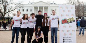 Studentský tým Fakescape s jejich učitelem Milošem Gregorem (uprostřed) na Washingtonu před Bílým domem.