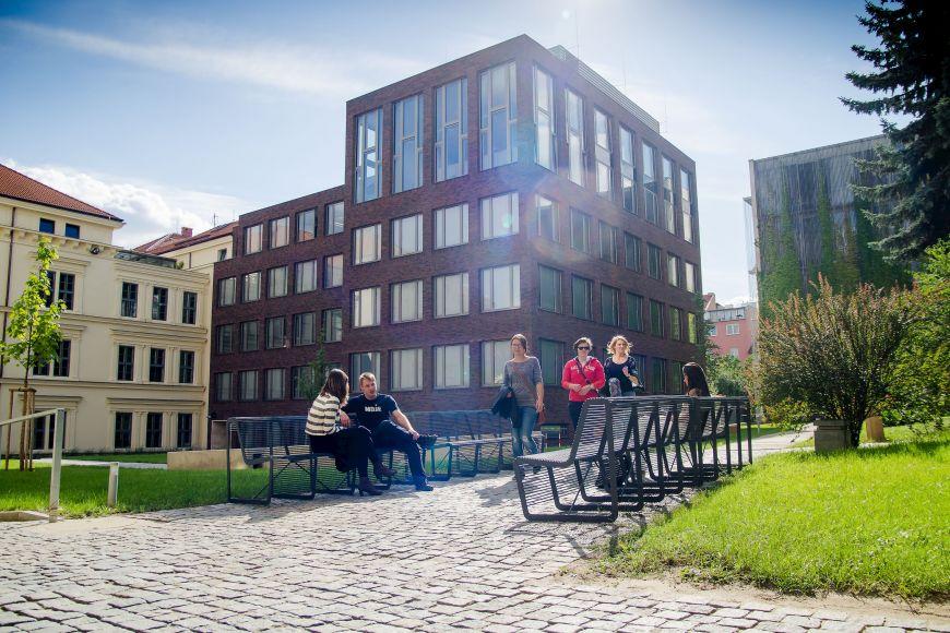 Rekonstruovaný areál Filozofické fakulty MU vulici Arna Nováka.