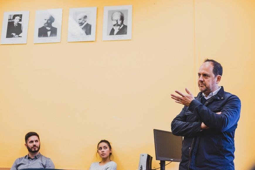 Fisfis přijel vést kurz oprůzkumech, které předchází zveřejnění každé kampaně.