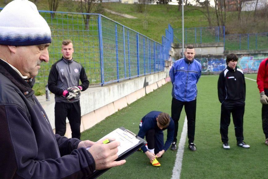 Modrý tým na zápas sVUT připravuje trenér Karel Večeřa.