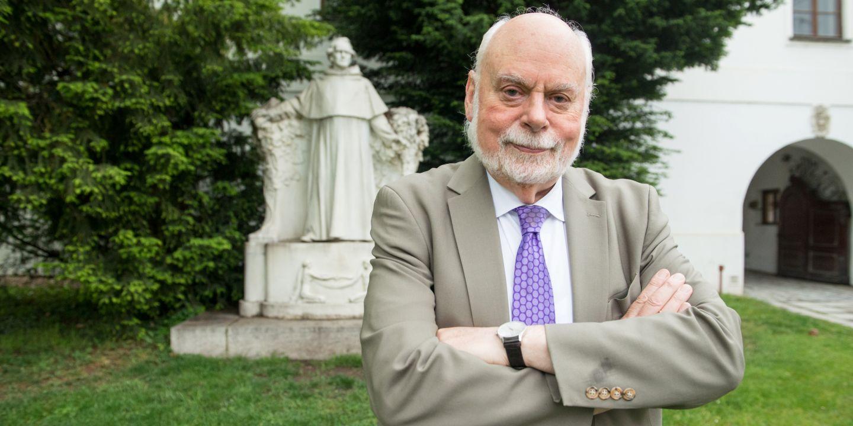 Nobelista Fraser Stoddart v areálu Augustiánského opatství se sochou otce genetiky Gregora Johanna Mendela.
