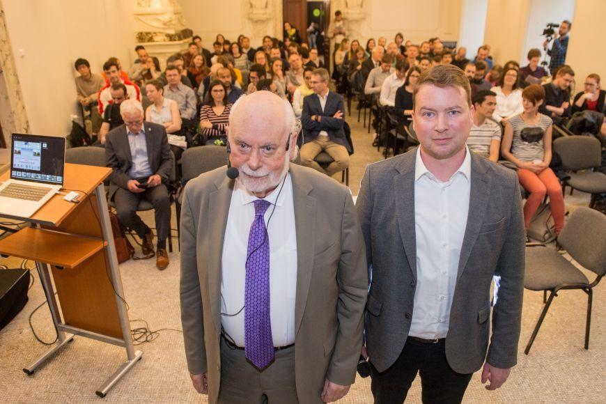 Fraser Stoddart se svým hostitelem Ondřejem Jurčekem zinstitutu CEITEC MU na Mendel Lectures.