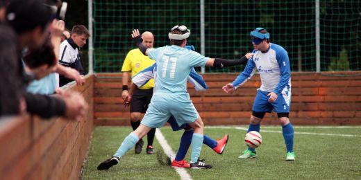 Futsalisté jsou zrakově postižení, a aby byly všem zajištěny stejné podmínky, mají přes oči pásky.