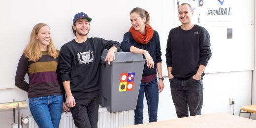 Autoři nápadu se symbolem iniciativy, volební urnou: (zleva) Lenka Marková, Jakub Ondráček, Barbora Kudelová a Michal Ondráček.