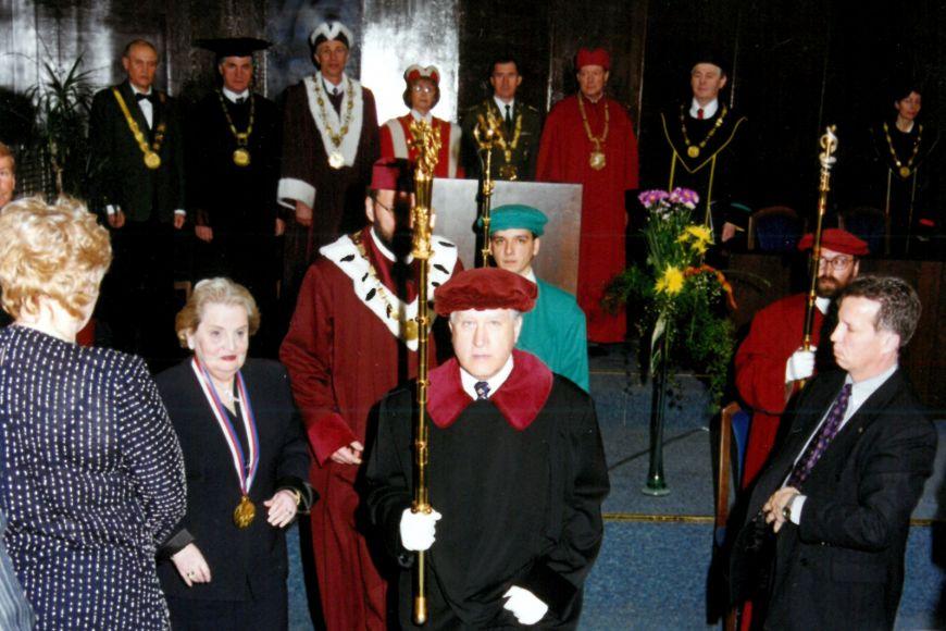 Na udělení zlaté medaile Masarykovy univerzity Madeleine Albrightové vroce 2000.
