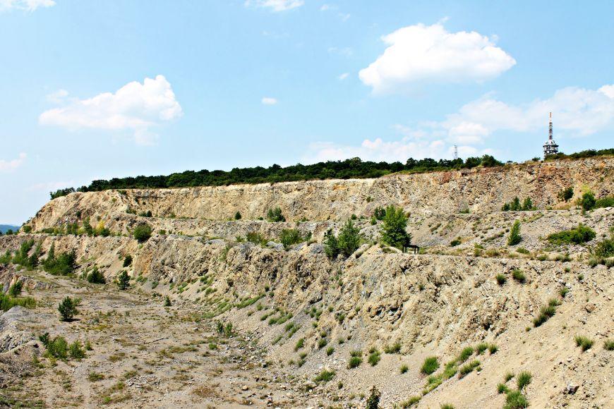 Vápencový lom ovýšce úctyhodných osmdesáti metrů je vykousnutý do rozlehlého kopce snázvem Hády.