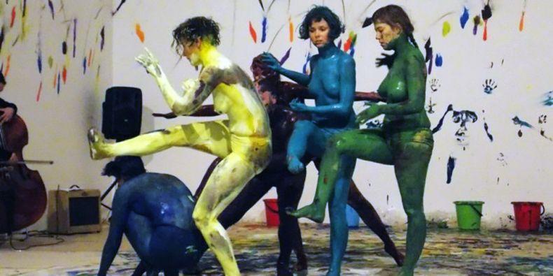 Každá tanečnice se v průběhu performance natírala barvou, a fungovala tak jako živý štětec.