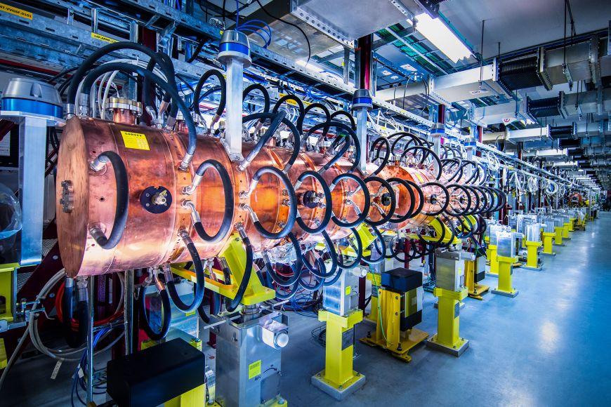 Široký má úkoly vpěti projektech, na které se různě vrhá podle toho, kde je aktuálně nejvíc potřeba. Nejzajímavější je ten, který se týká přístroje Linac3, zdroje částic pro ostatní urychlovače. Filip se podílí na jeho optimalizaci.