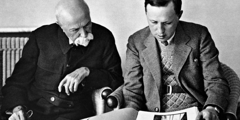 Dobová fotografie zachycující Tomáše Garrigua Masaryka při rozhovoru s Karlem Čapkem.