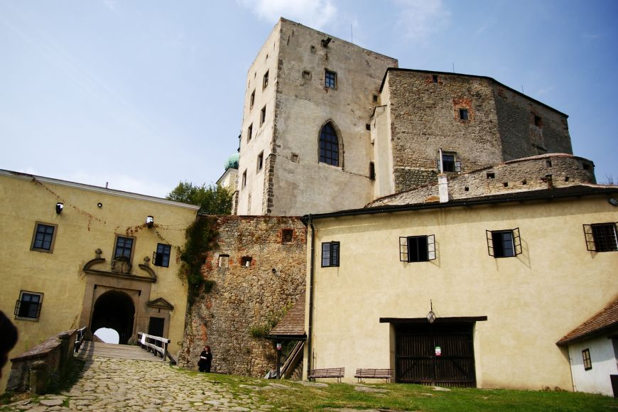 Nikdy nedobytá pevnost založená ve 13. století se vypíná na stejnojmenném kopci Buchlov na Chřibské vrchovině asi čtyři kilometry od Buchlovic.