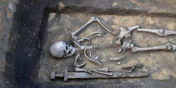 Bojovník s mečem byl nalezen v lokalitě Kostice - Zadní hrúd u Pohanska na Břeclavsku.
