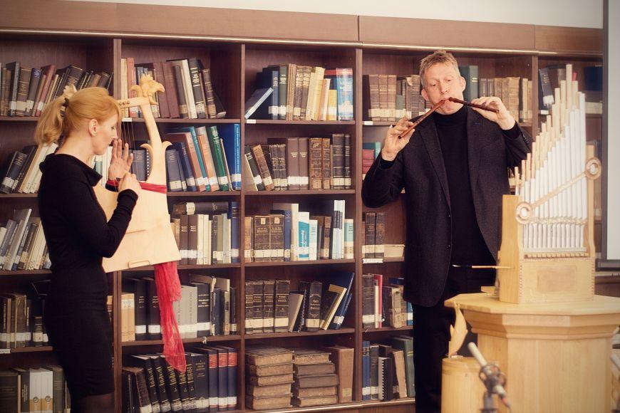 Eva Fritz hraje na kitharu, Justus Willberg na diaulos.