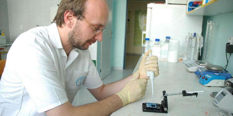Absolventi oboru budou připraveni pro laboratorní práci s genetickým materiálem.