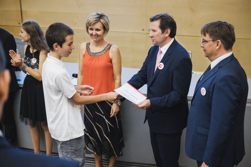 Pamětní listy převzalo zrukou rektora aředitele gymnázia vprvní školní den více než 120 studentů ze čtyř tříd prvního ročníku čtyřletého išestiletého studia.