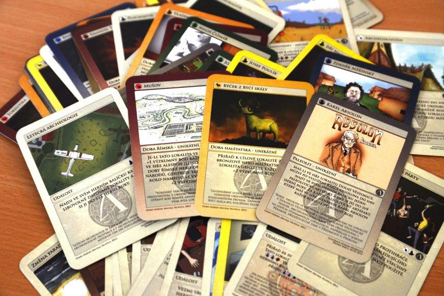 O ilustrace na kartách se postarali sami studenti archeologie.