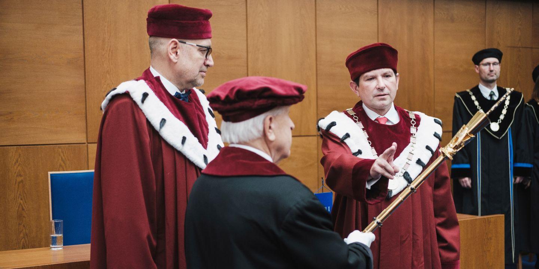 Martin Bareš skládá slavnostní slib na rektorské žezlo.