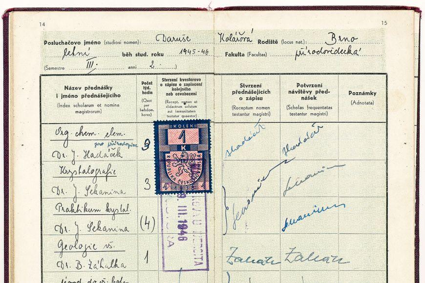 Index paní Burdové. Dodnes má většinu dokumentů ze studia na Masarykově univerzitě schovanou.