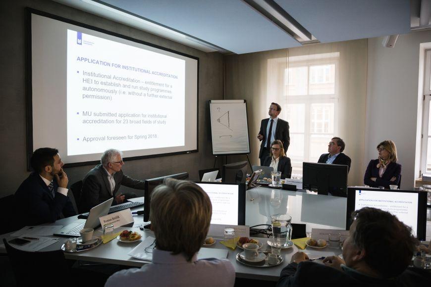 Pracování jednání na rektorátu. Prorektor Michal Bulant představuje institucionální akreditaci.
