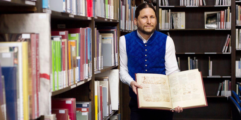 Ivan Foletti, vedoucí centra raně středověkých studií, s jednou z darovaných knih.
