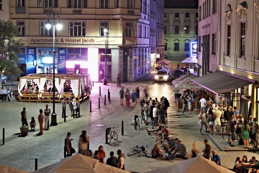 Jedinečná atmosféra Jakubského náměstí vcentru Brna. Vposlední době je ale populární iMoravské náměstí, které je hned vedle.
