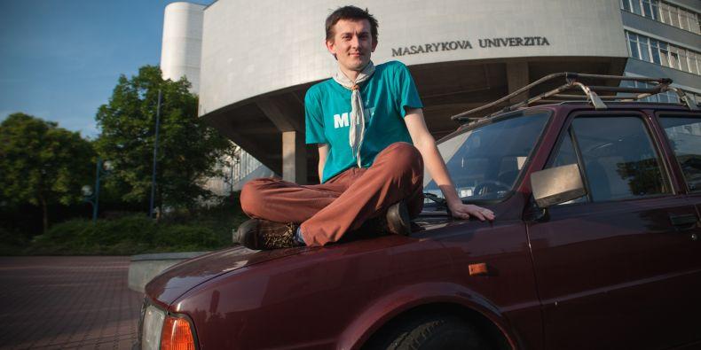 Doktorand Jakub Pejcal na škodovce před svou fakultou.