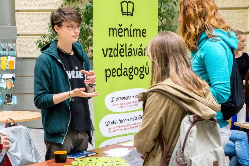 Spolek Otevřeno sdružuje především studenty učitelství. Snaží se izlepšení jejich profesní přípravy.