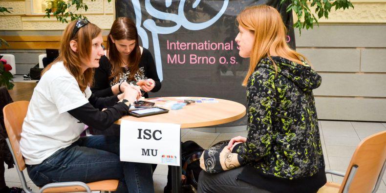 Nové členy lákal i Mezinárodní studentský klub, který pečuje o zahraniční studenty v Brně.