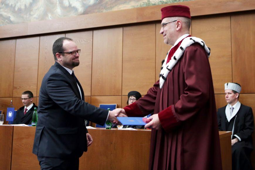 Jiří Macháček přebírá cenu od Mikuláše Beka.