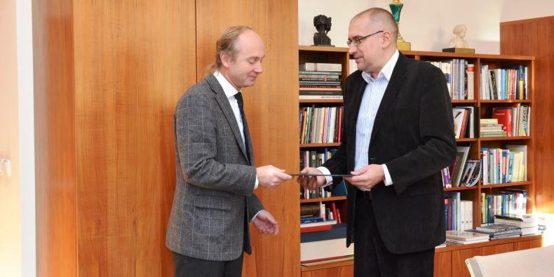 Nový děkan Jiří Němec (vlevo) přebírá jmenovací dekret od rektora Mikuláše Beka.